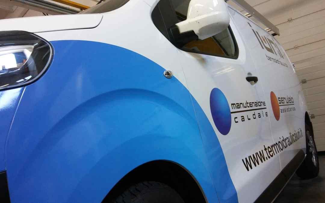 Furgone personalizzato con pellicola adesiva cast AVERY stampata in digitale e laminata.