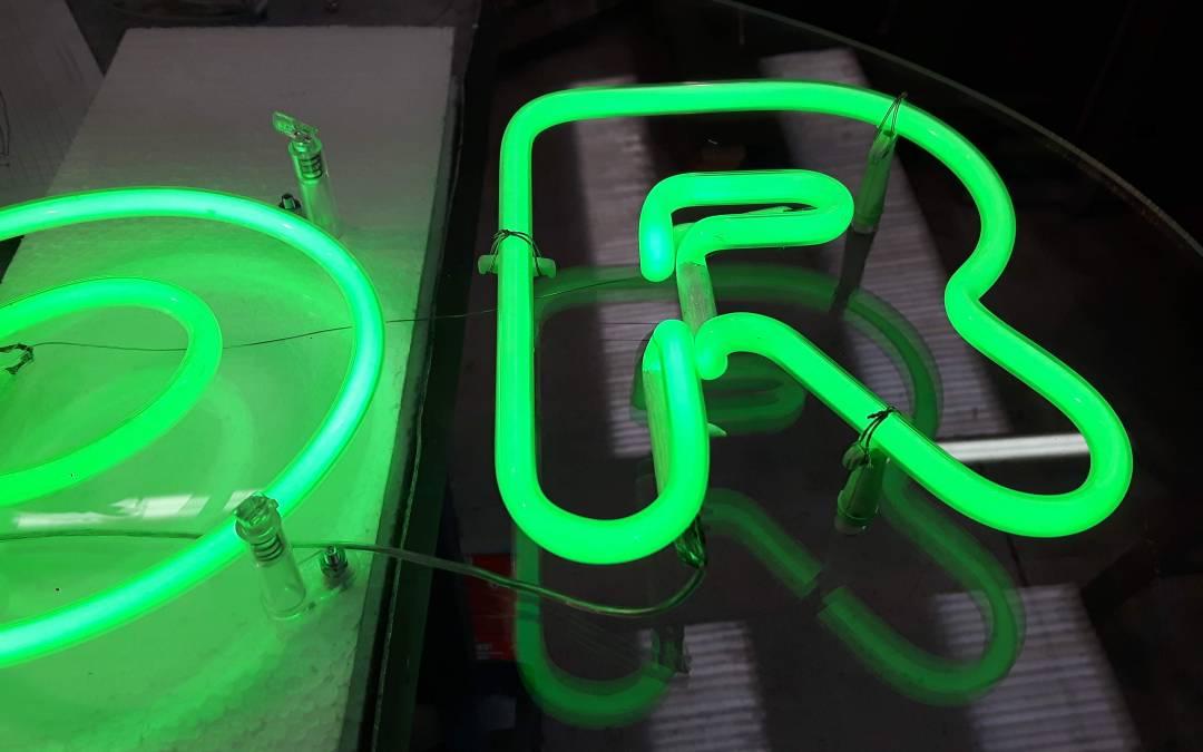 Insegna con tubo al neon Sagomato