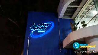 Logotipo luminoso en fachada