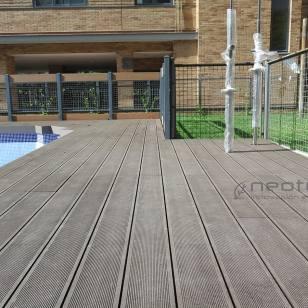 Tarima exterior composite piscina.