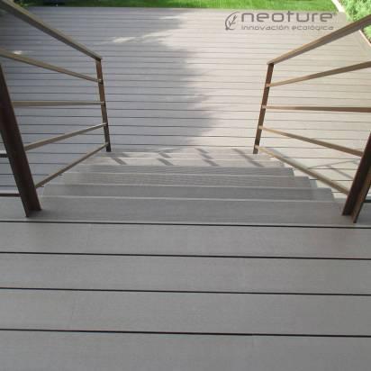 tarima madera exterior sintetica instalada en escalones de acceso a terraza