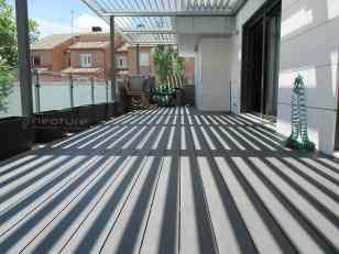 tarima madera tecnologica colocada en terraza de atico color grey
