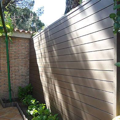 Revestimiento madera sintetica en pared de patio