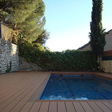 Tarima exterior piscina coronamiento con mamperlán