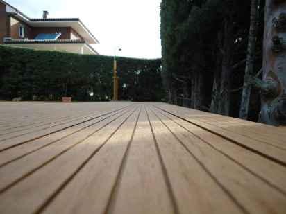 Detalle de tarima sintética color wood, lado estriado.