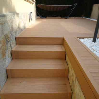 tarima-sintetica-escalera-y-zona-decorativa