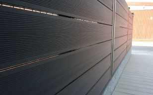 Vallado exterior sintético en zona acceso.