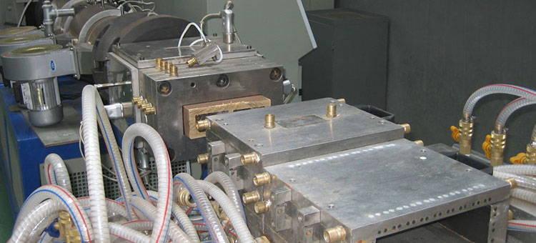 maquinaria de extrusion de plástico y madera sintetica