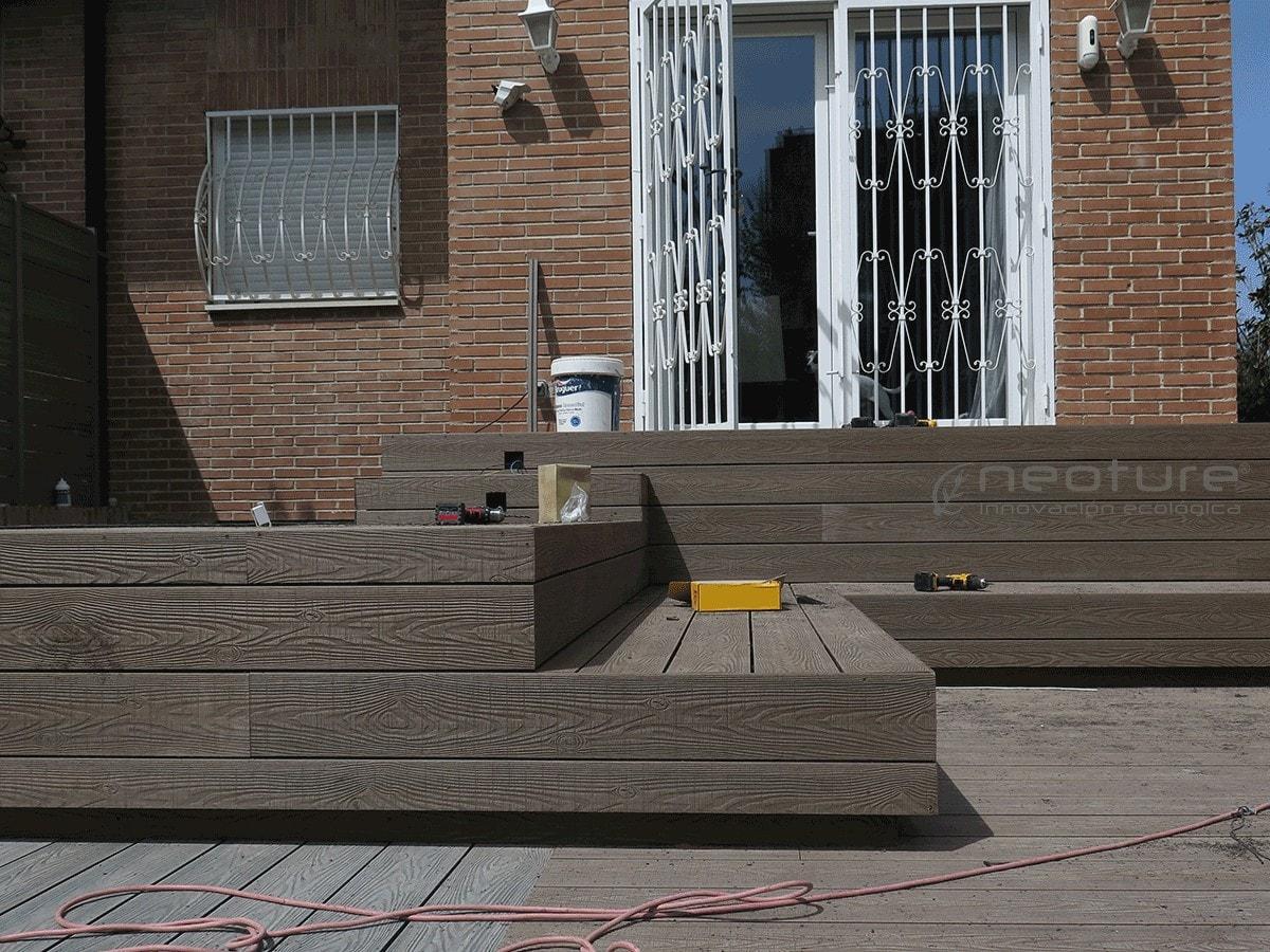 Instalación de tarima sintética en zona de escaleras terraza
