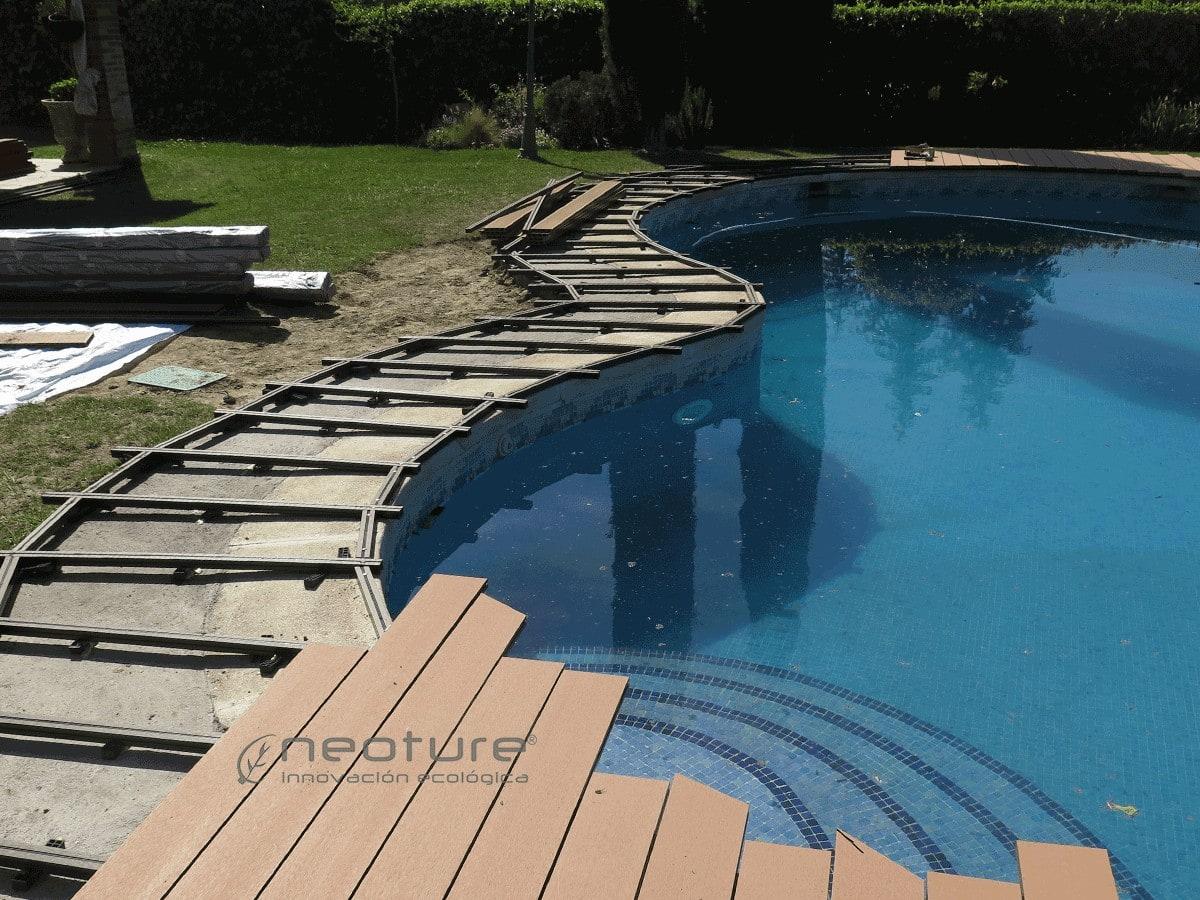 Colocación de rastreles y tarima sintética exterior en piscina curva