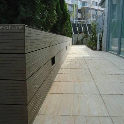 revestimiento exterior jardineras con tarima tecnologica pared