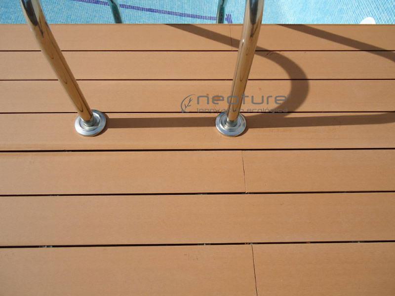 tarima exterior piscina, embellecedor escaleras acceso.