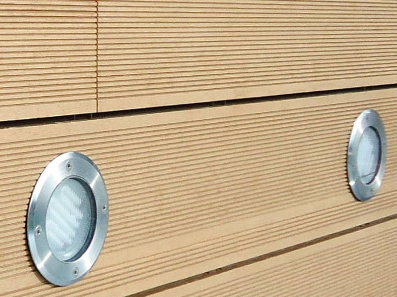 tarima sintetica exterior como revestimiento con luminaria empotrada