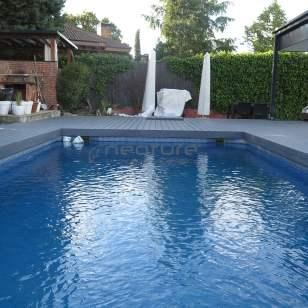 Tarima composite exterior para coronación de piscinas.