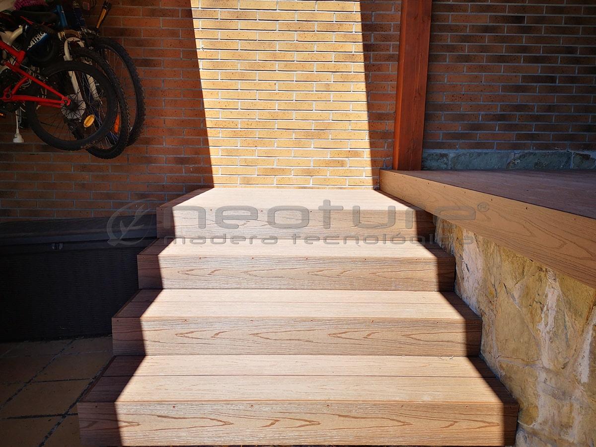 Suelo exterior de madera tecnológica