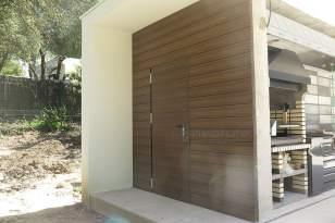 Revestimiento exterior puerta con paneles de madera tecnológica NeoCros Teka.