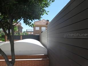 Vallado madera sintética exterior zona de jardines.