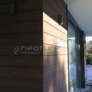Panel revestimiento fachada en madera composite encapsulada NeoCros Ipe