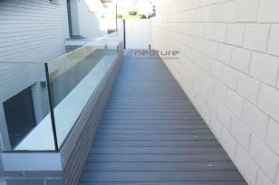 Tarima madera composite pasarela edificio oficinas