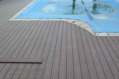 Tarima madera composite exterior en piscinas con acabado veteado