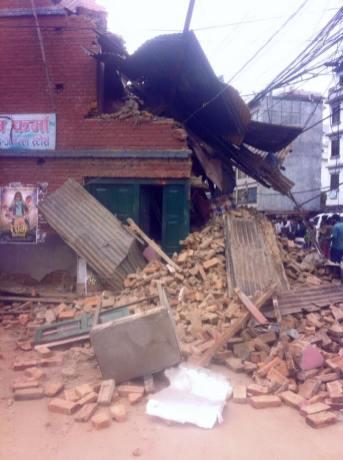 earthquake Nepal april houses damaged 1