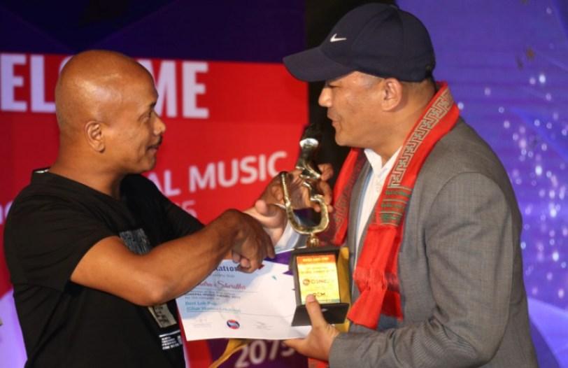 OS नेपालको सर्बोत्कृष्ट लोकपप गायकको पुरस्कार ग्रहण गर्दै