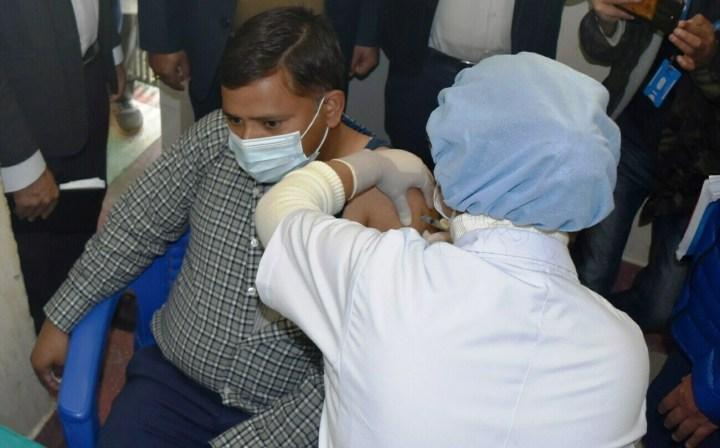 धौलागिरि अस्पताल बागलुङका निमित्त मेडिकल सुपरीटेण्डेन्ट डा दिवाकर पराजुली कोभिडविरुद्धको खोप लगाउँदै