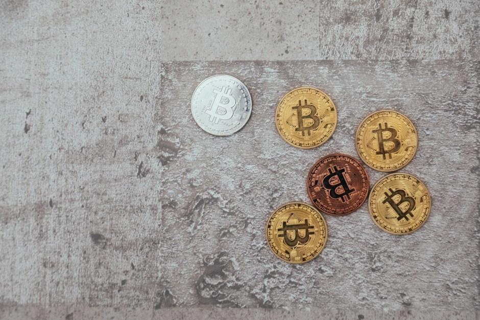 床に置かれた仮想通貨
