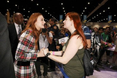 """Nerdeek Life Game-of-Thrones-SDCC-2017-Signing-12 Game of Thrones: """"Let's finish with a high kicking number!"""" Conventions"""