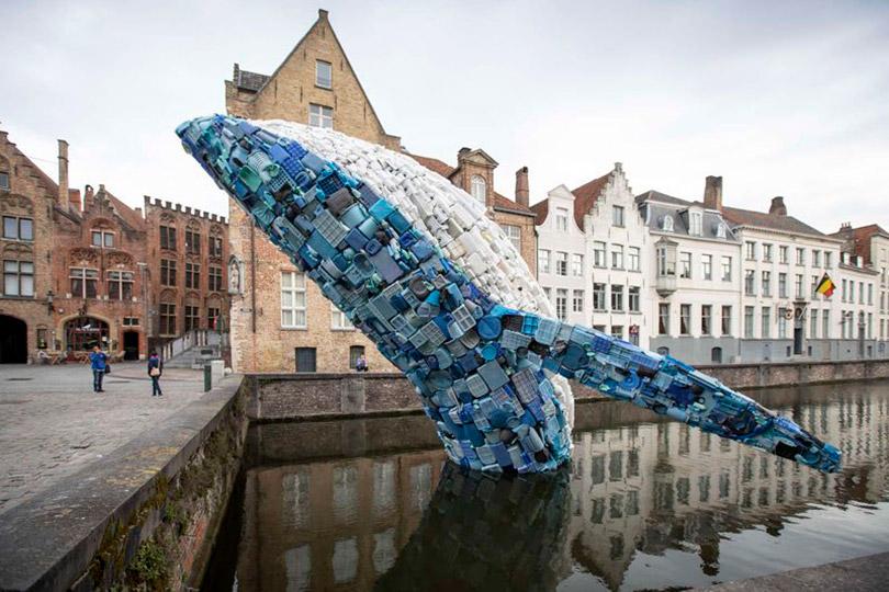 A escultura gigante de uma baleia feita com lixo