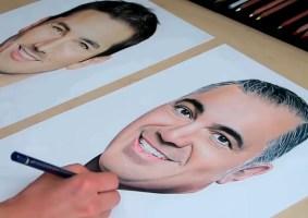 Desenhando com as duas mãos ao mesmo tempo dois retratos realistas