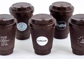 Um copo de café feito de café reciclado