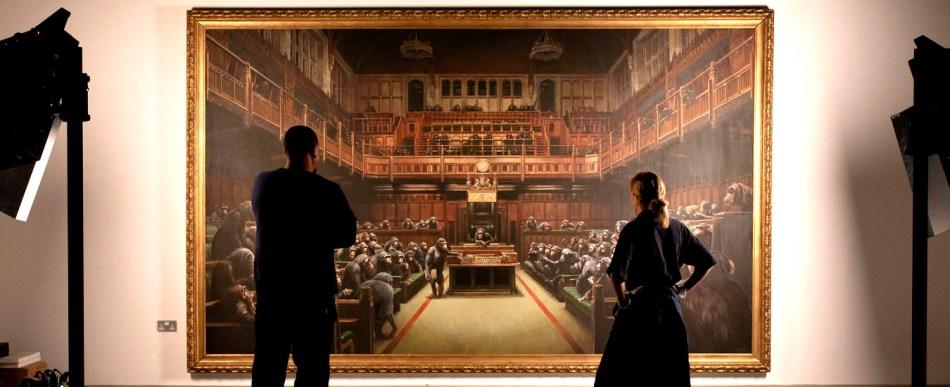 Obra Devolved Parliament de Banksy é mais atual do que nunca