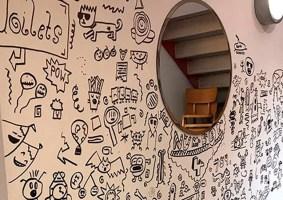 Garoto repreendido na escola por desenhar é contratado por restaurante para decorar as paredes
