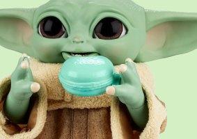Um brinquedo do Baby Yoda que come biscoitos