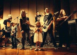 Os melhores covers de metal das crianças da Okeefe Music Foundation