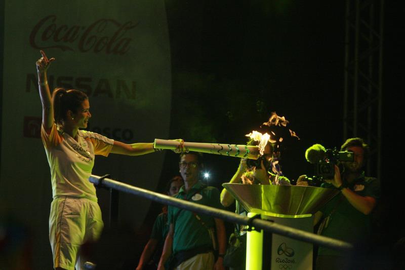 Carol Ribeiro com a tocha olímpica crédito Sidney Oliveira /Ag Pará