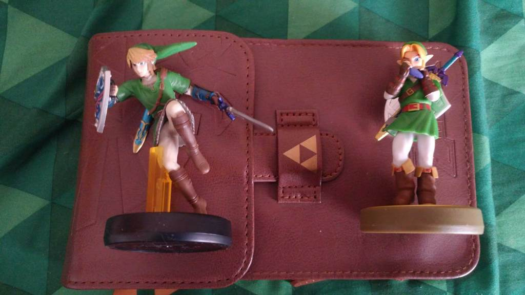 Legend of Zelda amiibos (compatible with Breath of the Wild) and a Triforce-themed Nintendo 3DS case