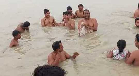 Hundreds take a holy dip in Ganga in Haridwar flouting Covid norms