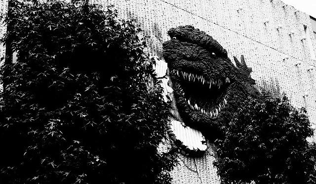 富士フイルムX-T10/XF 35㎜ F2で真夏の朝の渋谷・百軒店をモノクロで撮る (5/6)
