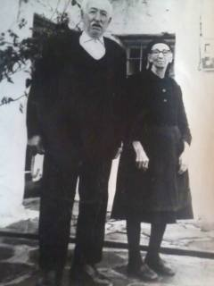 Ο Γιώργος Γαϊτανάς με τη σύζυγό του. Ιδιοκτήτης της ασβεστοκαμίνου κοντά στον Άγιο Γεώργιο.