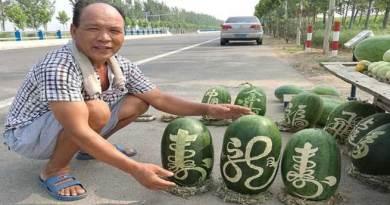 चीनी फल विक्रेता का तरबूज बेचने का अनोखा तरीका