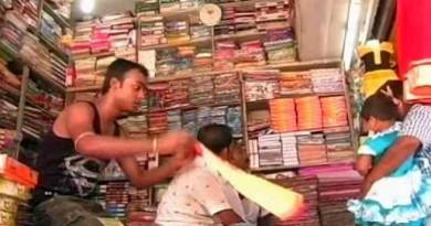 हस्तशिल्प,बिक्री कर अधिकारियों पर जनता का रोष