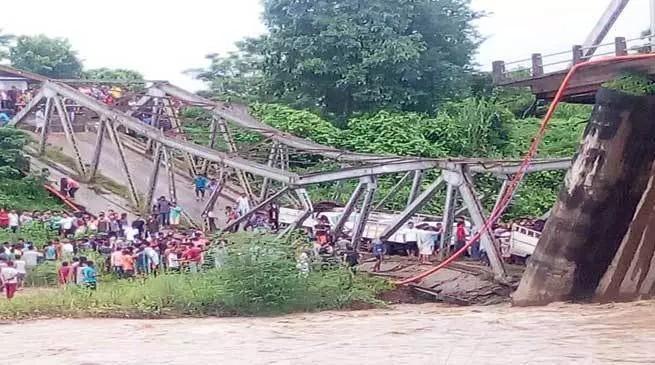 डिमापुर में चाथे नदी पर बना पुल टूटा