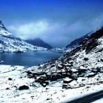 सिक्किम में बर्फ़बारी जारी, कई पर्यटन स्थलों के रास्ते बंद