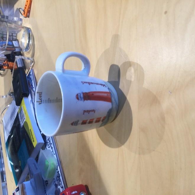 Een koffiekopje met twee vuurtorens erop
