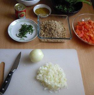 2 крупные луковицы очищаем и нарезаем как можно мельче