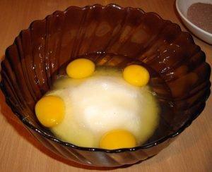 Всыпаем яйца и добавляем сахар