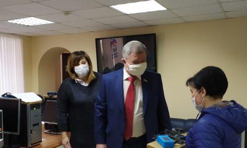 В Единой России не стали комментировать вручение многодетной семье неработающий компьютер