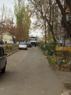 Стала известна причина невывоза мусора во дворе Комсомольского района